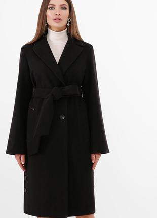 Пальто приталенного силуэта.