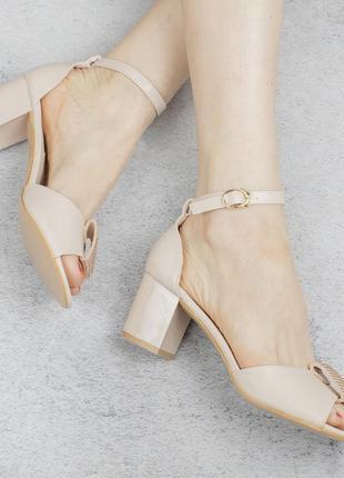 Бежевые босоножки на широком удобном каблуке с ремешком стразами