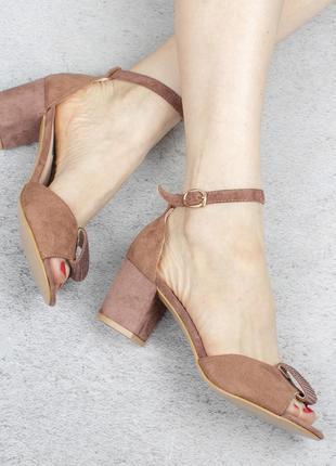Бежевые пудра замшевые босоножки на широком удобном каблуке с ремешком стразами
