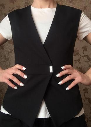 Черная жилетка на пуговице и заклепке s