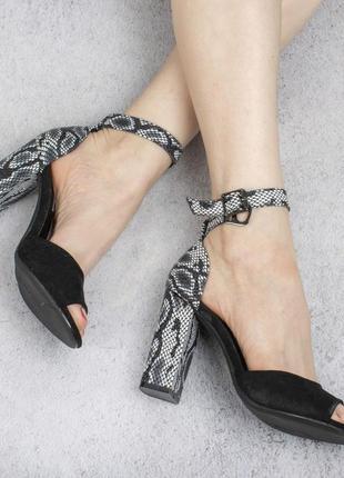 Черные замшевые босоножки на высоком широком каблуке со змеиным принтом рептилия