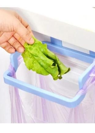 Держатель для мусорных пакетов и полотенца на дверцу на кухне