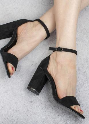 Черные замшевые босоножки на широком удобном каблуке с ремешком модные красивые