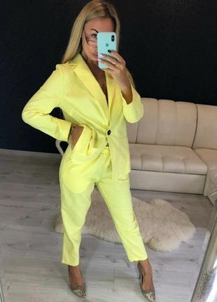 Желтый брючный костюм из льна