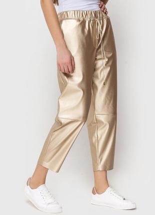 Женские брюки из искусственной кожи в золотом цвете