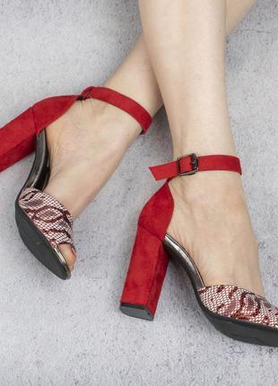 Красные замшевые туфли босоножки с принтом ремешком на широком удобном каблуке модные