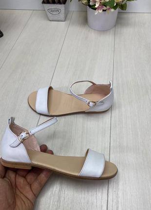Белые сандалии босоножки