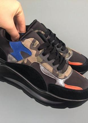 Кроссовки чёрные с цветными вставками