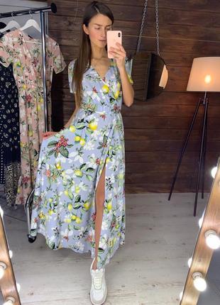 Длинное цветочное голубое платье