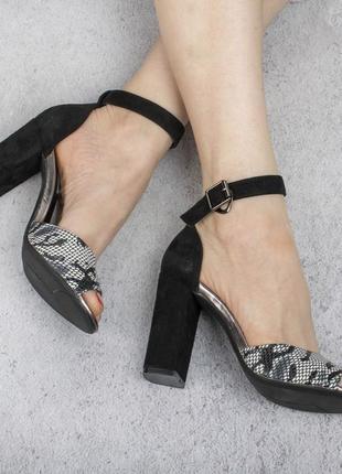 Черные замшевые босоножки туфли на толстом каблуке модные красивые с принтом