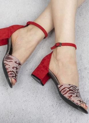 Красные замшевые босоножки на широком удобном каблуке с принтом рептилия