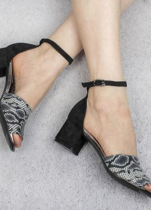 Черные замшевые босоножки на широком удобном каблуке с ремешком принтом рептилия