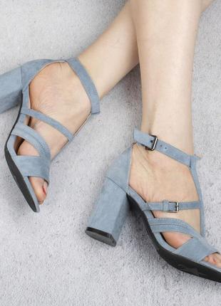Голубые замшевые босоножки на широком удобном каблуке с ремешком модные красивые