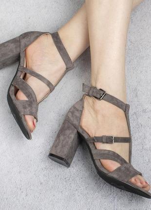 Серые замшевые босоножки на широком удобном каблуке модные красивые с ремешком