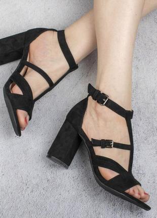 Черные замшевые босоножки на широком удобном каблуке модные красивые с ремешком