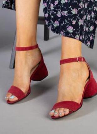 Босоножки на каблуке цвета фуксия