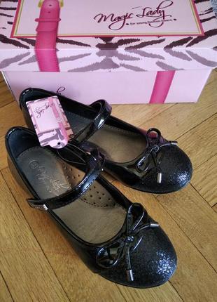 Нові чорні туфлі лак