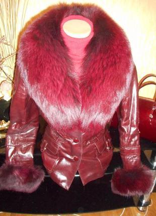 Курточка из лакированной кожи с меховым воротником и манжетами