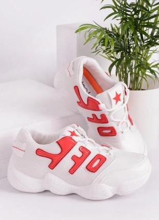 Кроссовки в белом цвете к красными нашивками