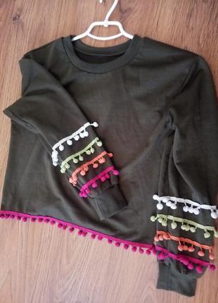 Оригинальный свитер с бубончиками