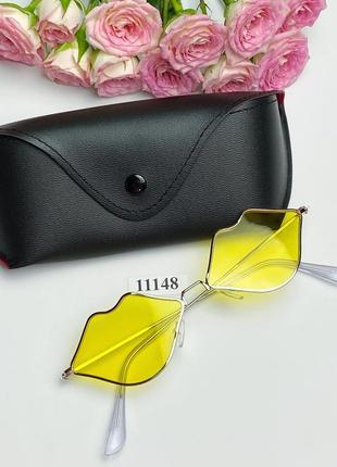 Солнцезащитные очки в виде губ с желтыми линзами