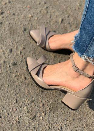 Туфли лодочки с острым носком из натуральной бежевой кожи с бантиком на низком каблуке