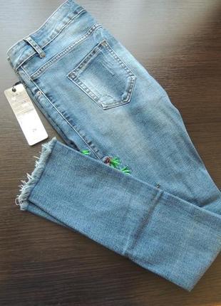 Крутые джинсы скинни с высокой посадкой и бахромой