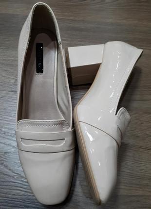 Пудровые бежевые лаковые лоферы туфли lost ink
