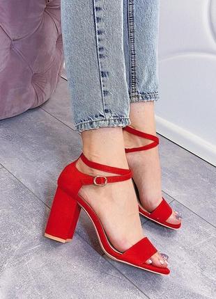 Красные замшевые босоножки на каблуке, закрытая пятка