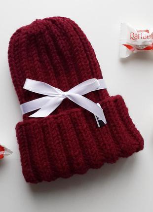 Стильная шапка с отворотом, цвет бордо
