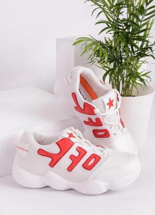 Белые кроссовки с красными вставками