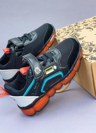 Легкие спортивные кроссовки с каучуковой подошвой.