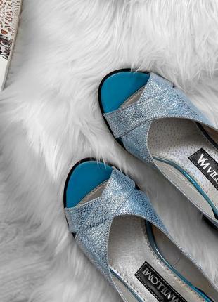 Кожаные босоножки голубого цвета на каблуке