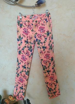 Красивые джинсы в цветочный принт