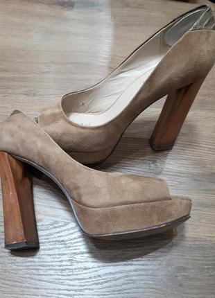 Бежевые велюровые замшевые кожаные туфли с открытым носком mascotte