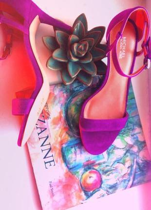 Шикарные классические босоножки от michael kors цвет фуксия киттен хил