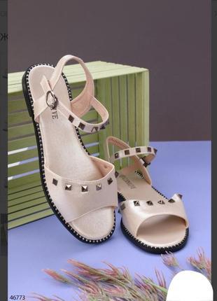 Бежевые босоножки сандалии на плоской подошве низкий ход с заклепками