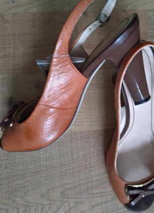 Босоножки классические на каблуке