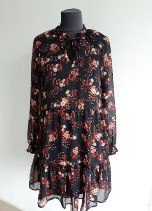Нежное шифоновое платье с майкой в сдержанных тонах.