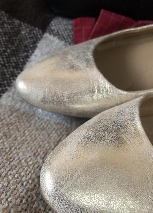 Красивые кожаные балетки золотистого цвета