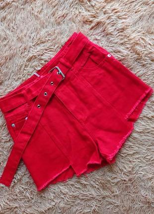 Джинсовые шорты ассиметричные на талии с ремнем поясом
