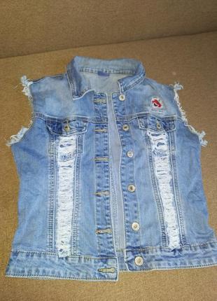Модная джинсовая жилетка