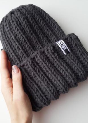 Стильная шапка с отворотом, цвет серый маренго