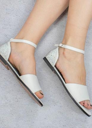 Белые босоножки сандалии на плоской подошве низкий ход со стразами
