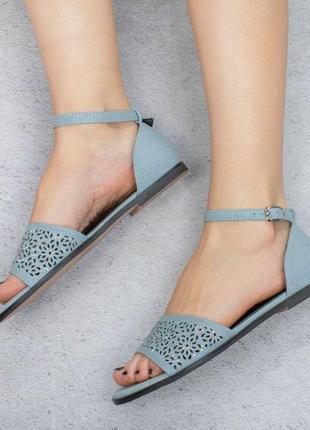 Голубые босоножки сандалии на плоской подошве низкий ход с перфорацией