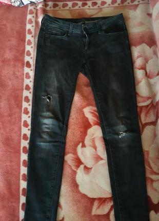 Темные джинсы с дырками