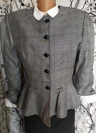 Итальянский пиджак в клетку с баской