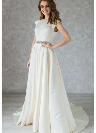 Атласное свадебное платье с камнями по талии