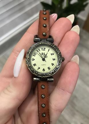 Стильные винтажные часы на руку