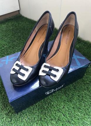 Чорні шкіряні жіночі туфлі